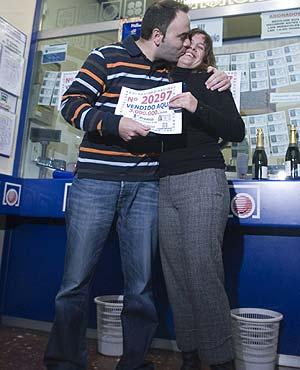 Dos personas celebran con un beso el Gordo en Vitoria. (Foto: Pablo Viñas)