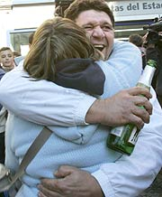 Una pareja de agraciados se abraza en Fuenlabrada (Madrid). (Foto: EFE)