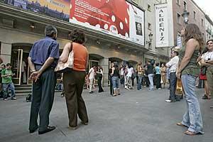 Asistentes a un espectáculo en la entrada del teatro Albeniz. (Foto: A. Heredia)