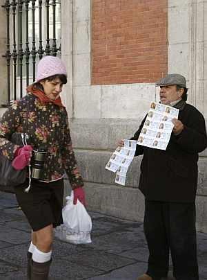 Loteros de la Puerta de El Sol. (Foto: EFE)