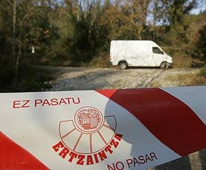 La Ertzaintza, en las cercanías del lugar donde se halló el zulo. (Foto: EFE)