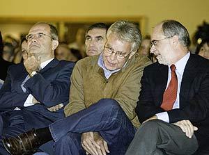 Alfonso Perales, junto a Felipe González y Manuel Chávez, el pasado 10 de noviembre en Cádiz. (Foto: José F. Ferrer)