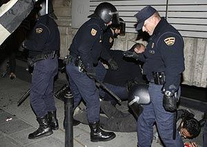 Un momento de las cargas policiales en Madrid. (Foto: EFE)