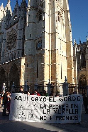Varias personas portan una pancarta para pedir ayuda para su la Catedral de León. (Foto: EFE)