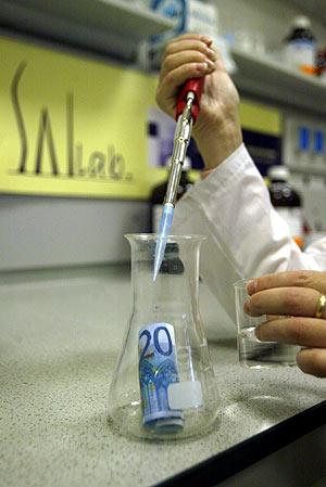 En la imagen el momento en que un billete de 20 euros es analizado. (Foto: Quique García)