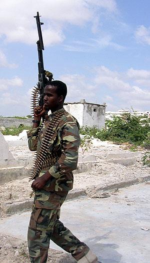 Un soldado de las Cortes Islámicas, en el aeropuerto tras ser bombardeado. (Foto: AP)