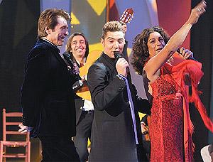 Raphael, Bisbal y Lolita, en la actuación de Nochebuena. (Foto: EL MUNDO)