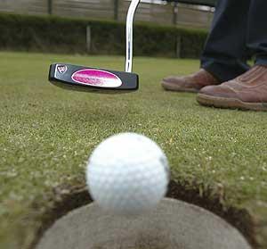 Un jugador golpea una bola de golf. (Foto: C. Tejada)