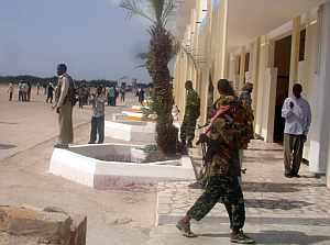 Milicianos islámicos en el bombardeado aeropuerto de Mogadiscio. (Foto: AFP)