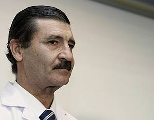 José Luis García Sabrido, el médico que atendió a Castro. (Foto: EFE)
