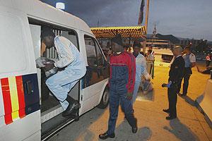 Inmigrantes llegados desde África en embarcaciones son llevados a una comisaría en Tenerife. (Foto: EFE)