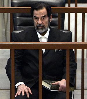 Sadam Husein, durante su juicio. (Foto: AFP)