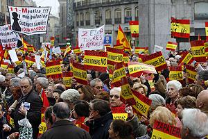 Unas 2.000 personas se congregaron en la Puerta del Sol. (Foto: EFE)