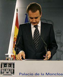 Zapatero, cabizbajo, durante su intervención. (Foto: AFP)