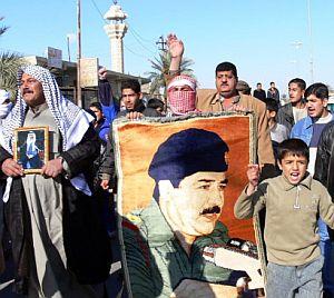 Un grupo de iraquíes protesta, en Tikrit, por la ejecución de Sadam. (Foto: AFP)