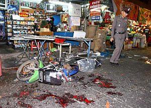 La policía inspecciona la zona donde ha estallado una de las bombas, en un mercado de Bangkok. (Foto: EFE)