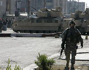 Un soldado de EEUU, patrullando en Bagdad. (Foto: AP)