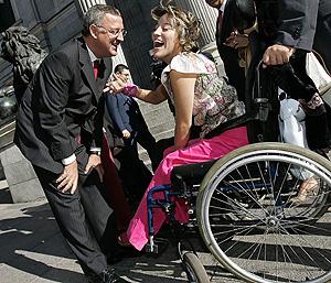 Caldera bromea con una discapacitada el día de la aprobación de la ley. (Foto: EFE)