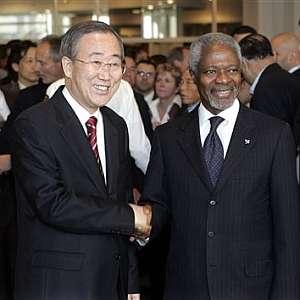 Ban Ki Moon y Kofi Annan se dan la mano en la sede de la ONU en Nueva York. (Foto: AP)