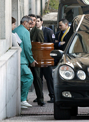 Momento de la salida del Instituto Anatómico Forense del féretro con el cuerpo del ecuatoriano Carlos Alonso Palate. (Foto: EFE)