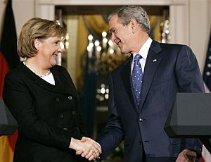 Bush y Merkel se saludan ante la prensa. (Foto: AP)
