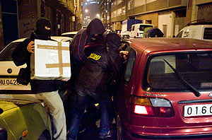 Agentes de la Ertzaintza durante uno de los registros en Bilbao. (Foto: Carlos García)