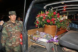 El ataúd de Carlos, ya en Quito, rodeado de rosas rojas. (Foto: EFE)
