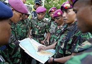 Un oficial indonesio explica a sus colegas cómo se realizará a cabo la búsqueda del avión. (Foto: AP)