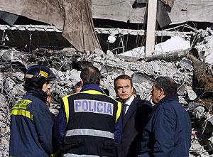 Zapatero visitó ayer la zona afectada por el atentado. (Foto: AFP)