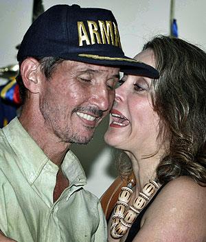 Araújo es felicitado por una mujer tras una rueda de prensa en la base militar de Cartagena (Colimbia) . (Foto: AP)
