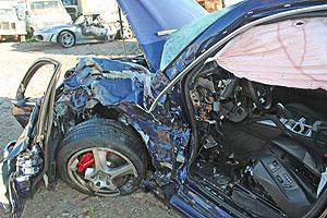 Uno de los coches estrellados. (Foto: EL MUNDO)
