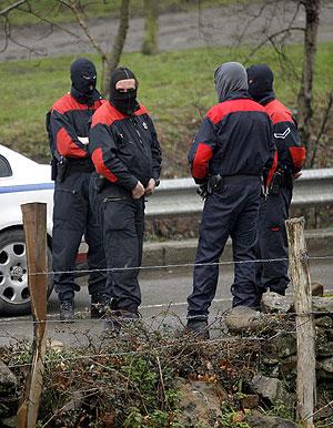 Agentes de la Ertzaintza permanecen en las inmediaciones del lugar en el que se han localizado los últimos explosivos. (Foto: EFE)
