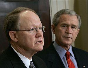 Bush observa atentamente a Michael McConell, durante su nominación. (Foto: AP)