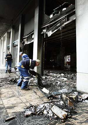 Estado en el que quedó la sucursal atacada. (Foto: EFE)
