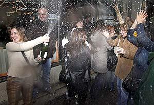 Vecinos de Ferrol celebran el primer premio. (Foto: EFE) Vea más imágenes