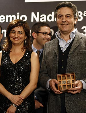 Benítez, junto a la finalista, Carmen Amoraga, tras recibir el premio. (Foto: Santi Cogolludo)
