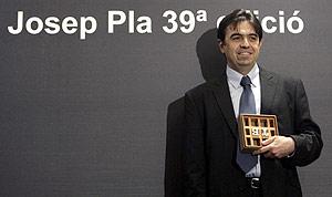 Domínguez tras recibir el premio Josep Pla. (Foto: EFE)