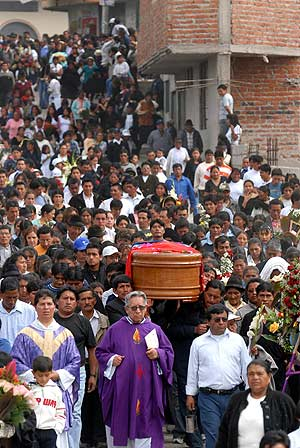 Cientos de personas dieron su último adiós a Carlos Alonso Palate en su ciudad natal. (Foto: EFE)