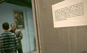 Cartel en la puerta de Jácara informando de cómo recuperar el dinero de la fiesta de Nochevieja. (Foto: Antonio M. Xoubanova)