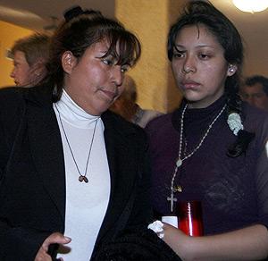 La madre y la hermana de Diego Armando Estacio, en el velatorio. (Foto: EFE)