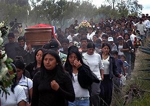 Miembros de la familia de Palate acompañan el féretro hasta el cementerio de Picaihu. (Foto: AFP)