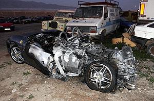 Estado en el que quedó un Ferrari, al chocar contra un Porsche. El accidente provocó un muerto. (Foto: EFE)