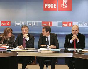 Zapatero, junto a Blanco y Chaves, habla con Trinidad Jiménez durante la Ejecutiva. (Foto: EFE)