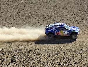 El Volkswagen de Sainz, por tierras marroquíes. (Foto: AFP)