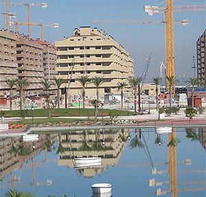 La urbanización, aún en construcción. (Foto: M.J. Llerena/R. Bécares)