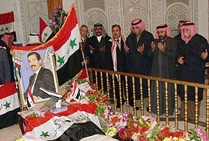 El mismo día en el que ha aparecido el vídeo, varios iraquíes rezan frente a la tumba de Sadam en su pueblo natal. (Foto: AFP)