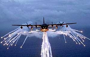Un avión AC-130 durante una maniobra de combate. (Foto: EFE)