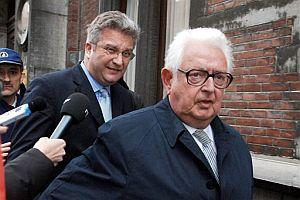 El príncipe (izda.), con su abogado, a su llegada a los juzgados. (Foto: AP)