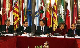 Los presidentes de Galicia, País Vasco, Cataluña y Andalucía, junto a Zapatero, De la Vega. (Foto: EFE)