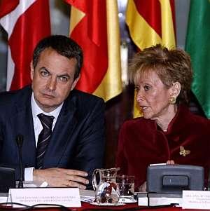 Zapatero y De la Vega, antes de comenzar en el Senado las reuniones de la Comisión de Presidentes. (Foto: EFE)